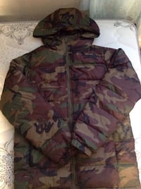 Vans camouflage puffer jacket size small can fit medium Toronto, M6L 1B5