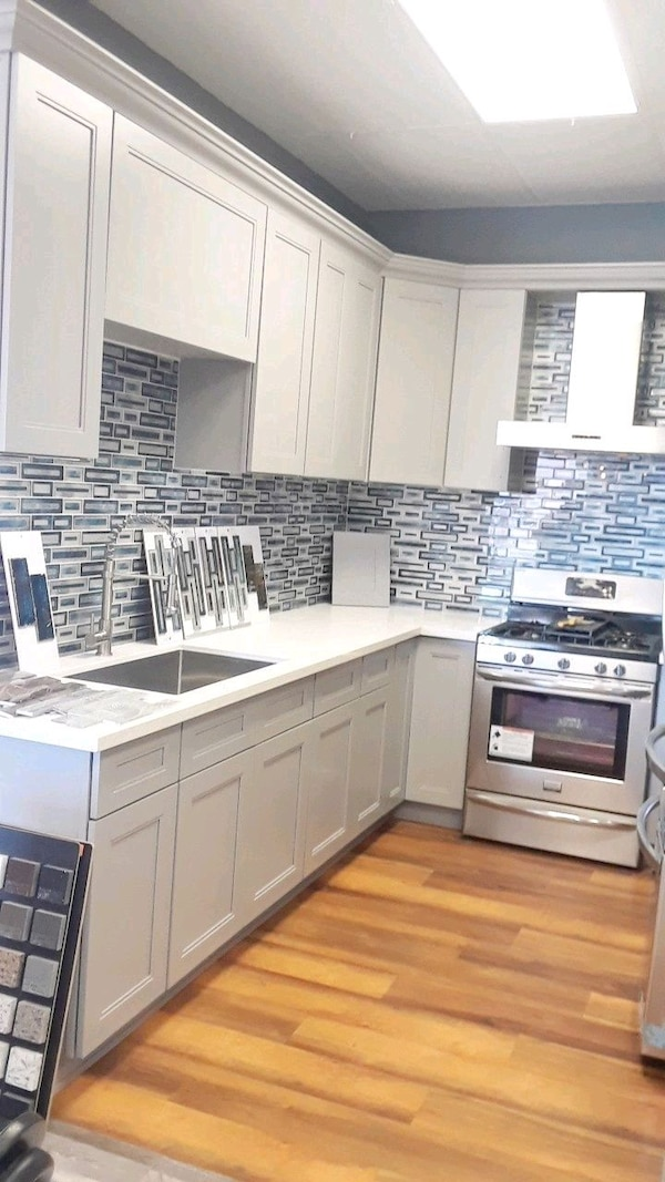 Kitchen cabinets and Countertop / laminate