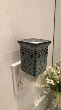Scentsy wall plug in with light Toronto, M6K 0A2