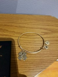Alex and Ani four leaf clover gold bangle Toronto, M6M 4E1