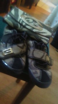 Size 7 guess shoes with a guess wallet . Take both 3153 km