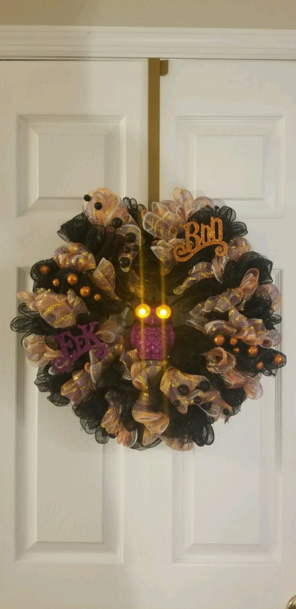 Owl wreath. Eyes light up.