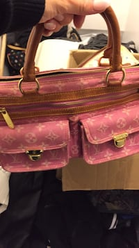 LouisVouton pink purse great condition & it's authentic Also the summer LV purse 60$ 778 km