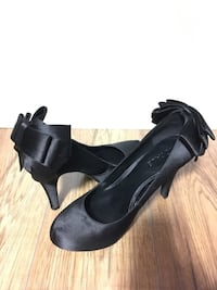 Size 6 pair of black close-toe kitten heels