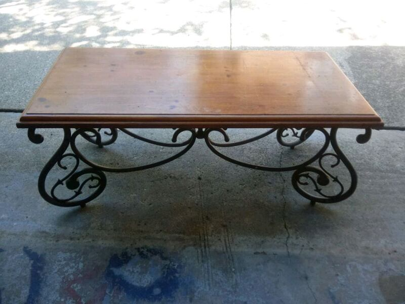 nice table. few scratches. could be a nice project piece 6fecada2-d5c2-48f4-aaf8-e74b616b24d0