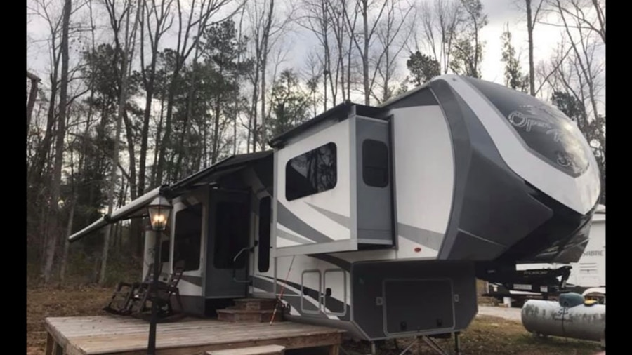 Photo White and black 5th wheel camper for sale