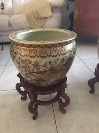 Ceramic pot with stand. Price firm  Fort Lauderdale, 33308