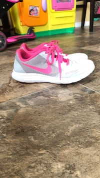 Pair of white-and-pink nike running shoes Victoria, V9A 2B4
