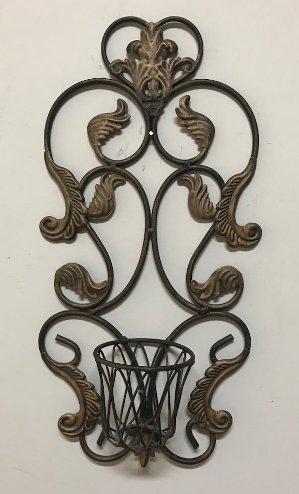 Bronze iron candle holder 6d343356-e7ca-4589-a06c-bfd2ff150958