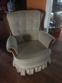 brown wooden padded armchair 邓肯, V9L 1Y1