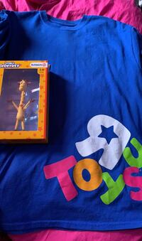 Toys r us shirt (m) with Geoffrey figure  Herndon, 20170