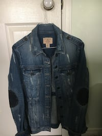 Guess Ladies Jean Jacket. Worn Look. Great Condition. Size Small. Fits more like a small medium Cochrane, T4C 1K6