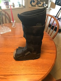 Pacesetter II walking boot size small   El Paso, 79925