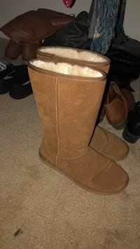 Pair of brown suede boots Lynchburg, 24503