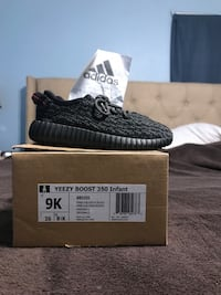 pair of black Adidas Yeezy Boost 350 V2 with box Houston, 77086