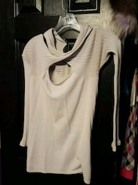 white and black crew-neck shirt