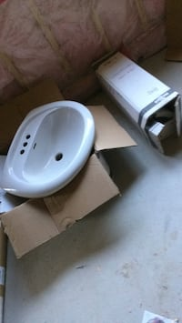 Porcelains pedestal sync used in good shape no damage or stain or dent Brampton, L7A 4M8