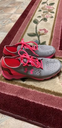Woman's under armour size 9 grey and pink speed form Pevely