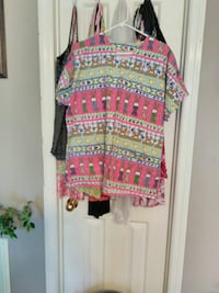 pink, green, and yellow printed crew-neck shirt