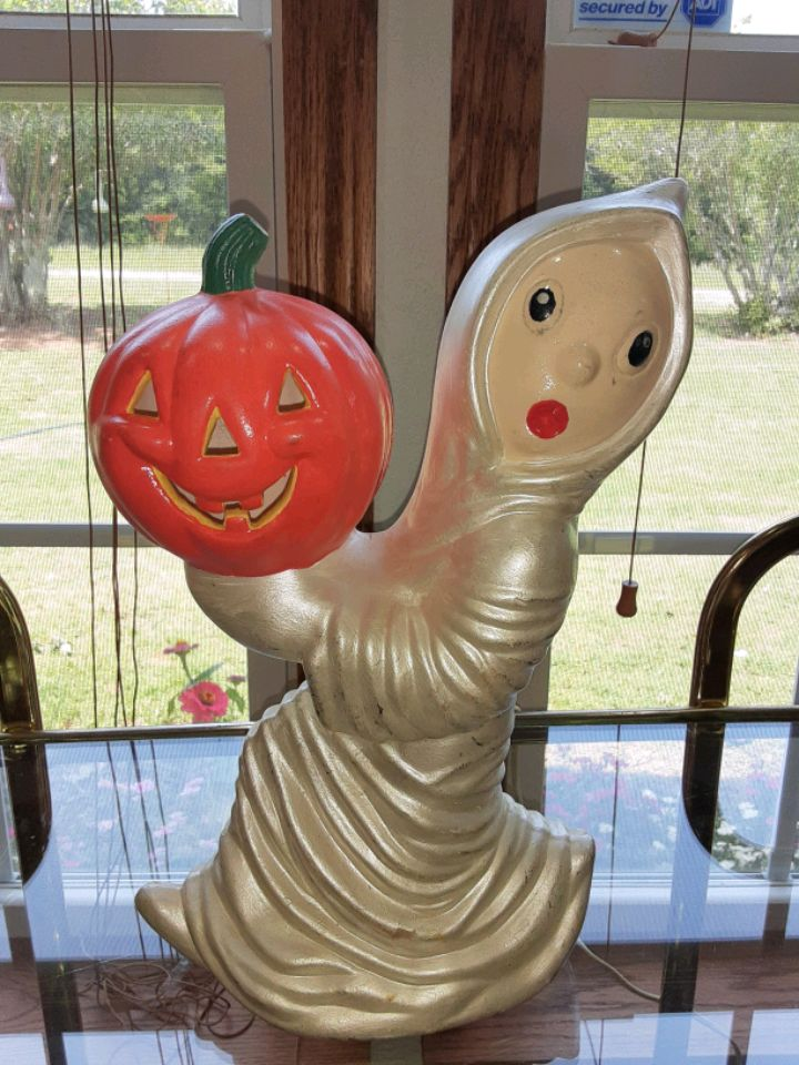 Photo Vintage ceramic ghost with light up pumkin