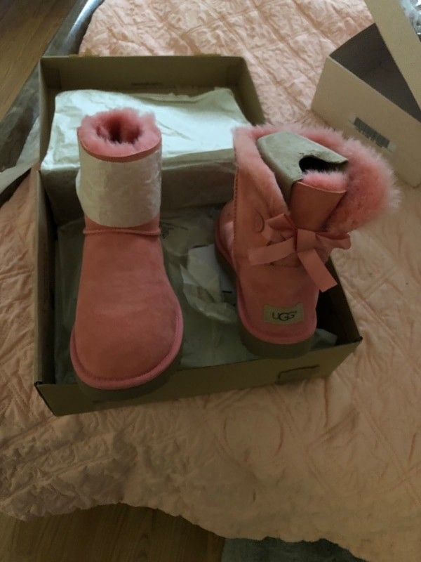 06fd2e7074e Pink uggs with bow in the back