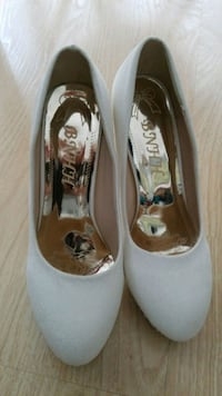 pair of white leather flats Toronto, M5A 3S2
