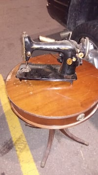 Antquie Singer Sewing MACHINE /Table not included  ^