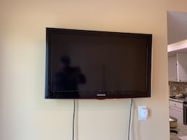 32 in Samsung flat screen TV with wall mount