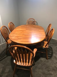 Round brown wooden table with four windsor chairs dining set Barrie, L4N 0V2