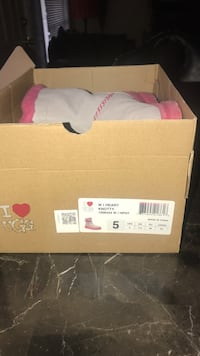 Knotty uggs size 5 Redford, 48239