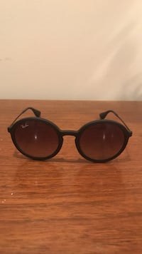 black framed Ray-Ban wayfarer sunglasses Montréal, H2C