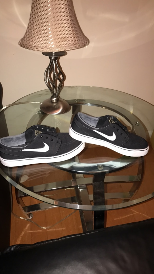 Black-and-white nike low top sneakers worn ounce (size) 7.5
