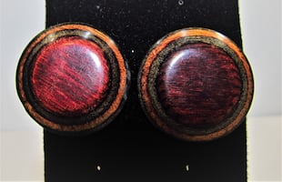 1980'S VINTAGE MEDIUM SIZE PLASTIC WOOD BUTTON EARRINGS