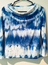 blue and white scoop-neck long-sleeved shirt