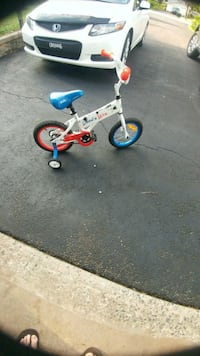 Almost brand new kids bike with training wheels Lake Echo, B3E 1M7