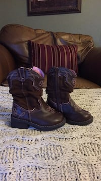 Boots sz 6, Yes it's available!