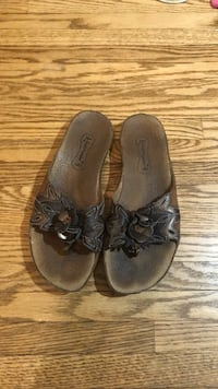 Hush Puppies brown and copper coloured flip flops Toronto, M6L 1A4