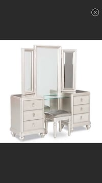 Vanity with 6 drawers. Perfect for makeup and jewelry storage. Great condition. Massapequa, 11758