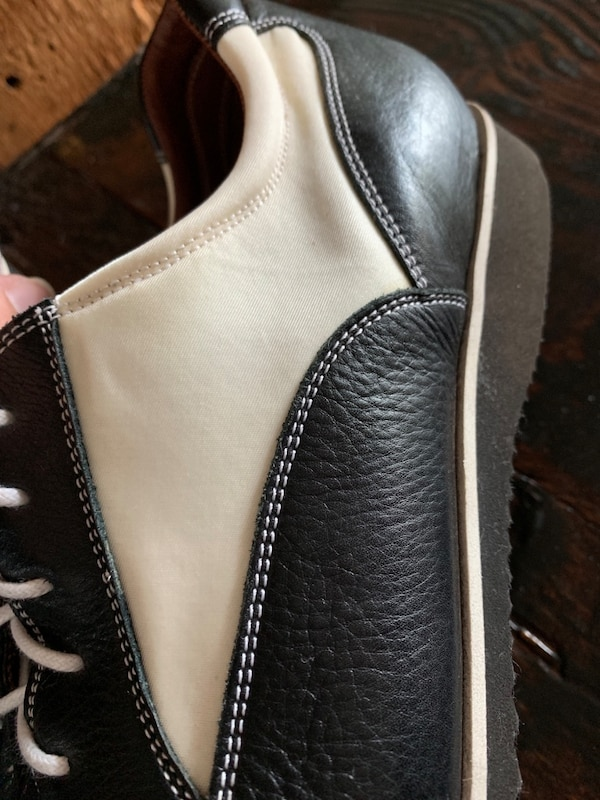 Pair of black-and-white low top sneakers fea41d23-fe24-499c-8dba-4a018fe43570