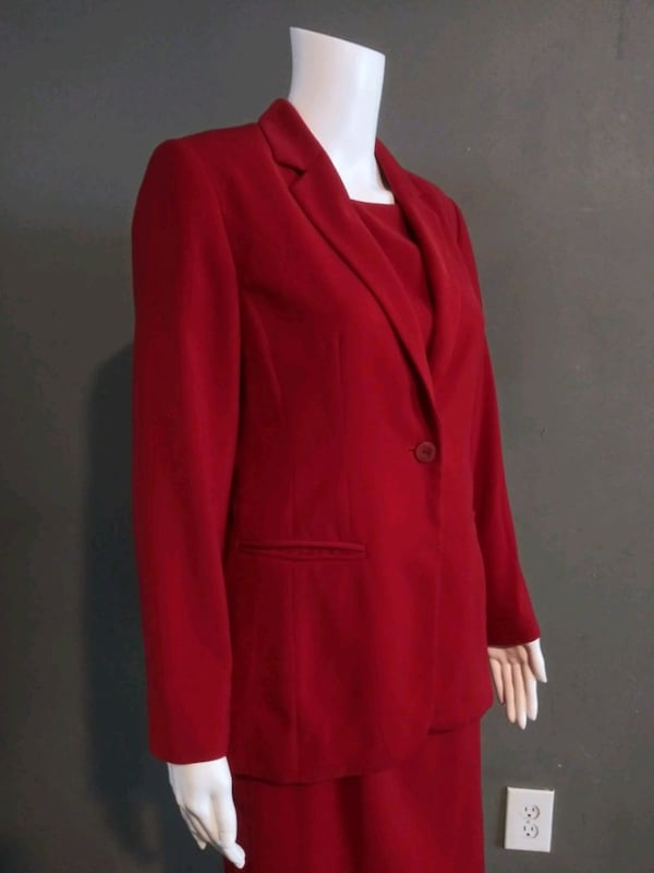 **WOMEN'S SIZE 4 PETITE DARK RED BUSINESS SUIT!** 62362769-0bf1-4b6f-a467-48132b8c21ef
