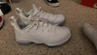 Pair of white low top sneakers size 8 West Des Moines, 50265