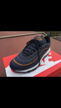 unpaired black Nike running shoe with box Compton, 90220