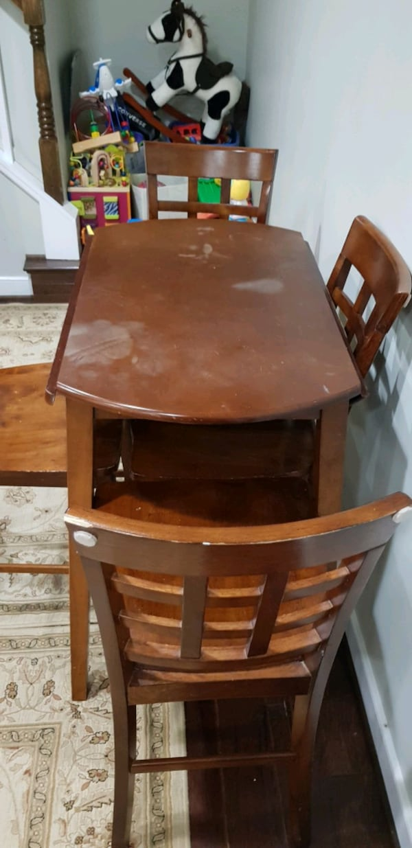 table and 4 chairs 7db6501c-ae62-4456-b152-a144cf44f939