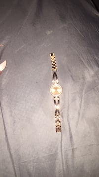 gold-colored analog watch with link bracelet New York, 10459