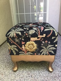 Really cute storage bench all felt lined inside for storage it's 18 inches wide and 18 inches tall really cute Lincoln, 95648