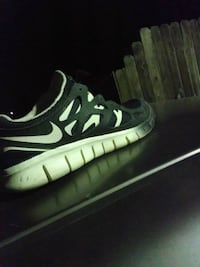 unpaired black and white Nike Air Max shoe Modesto, 95350