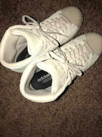 pair of white Adidas low-top sneakers Lancaster, 93534