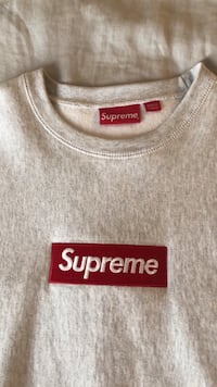 gray and red Supreme crew neck shirt