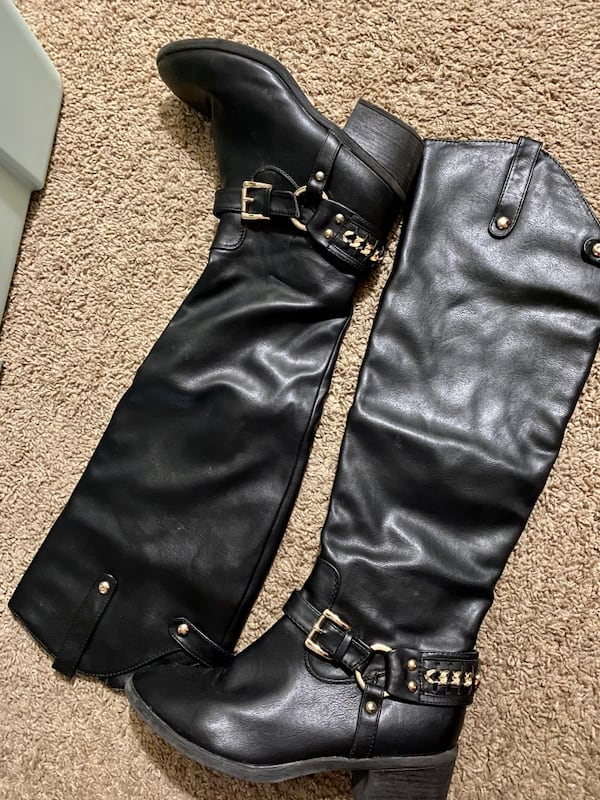 Black leather boots 33807400-b619-4558-8be8-19b265c9532a
