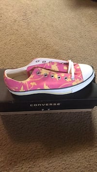 unpaired pink and white Converse low-top sneaker Los Angeles, 91601